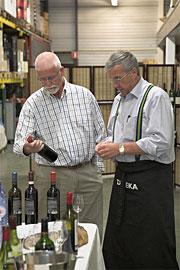 Cok Verkley laat zijn gasten de laatste nieuwe wijnen proeven in Het Wijnpakhuis